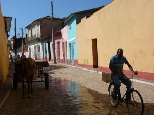 Rue colorée de Trinidad, avec vélo et une charette à cheval