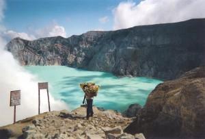 Eau verdatre du volcan Kawah Ijen, avec un porteur de souffre